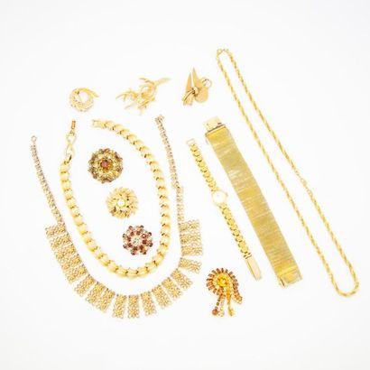 Lot de bijoux fantaisies en métal doré, comprenant...