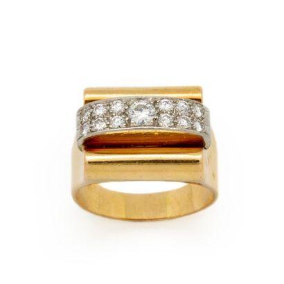 Vers 1940 Bague Tank en or jaune ornée de 2 lignes de diamants et d un diamant central....