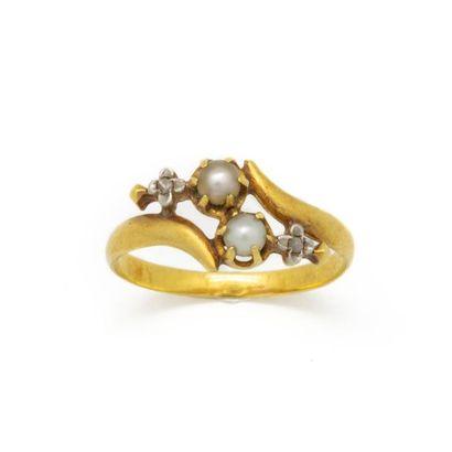 Bague en or jaune ponctuée de deux perles...