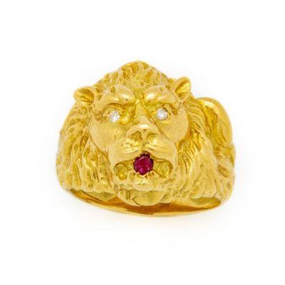 une bague tête de lionne en or jaune poids...