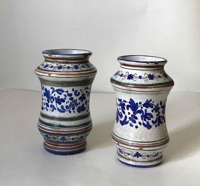 Deux vases albarelli en faïence à décor de...