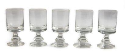 Cinq verres à pied de forme balustre. Circa...