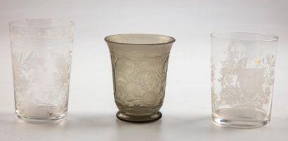 Deux verres en verre gravé dont l'un orné...