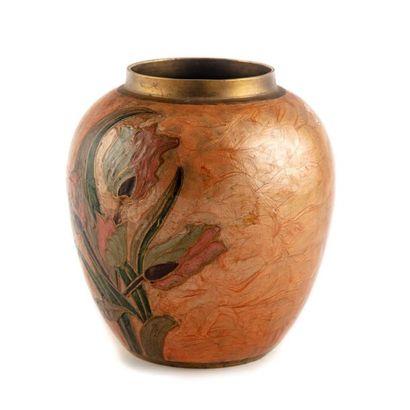 Vase boule en laiton émaillé à décor de tulipes....