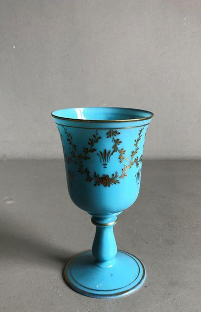 Grand verre à pied en opaline bleu à décor...