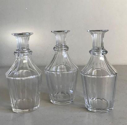 Suite de trois petites carafes en verre à...