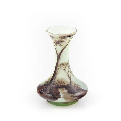 Petit vase soliflore à décor peint d'un paysage....