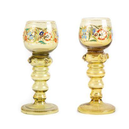 Deux verres à pied de couleur fumé à décor...