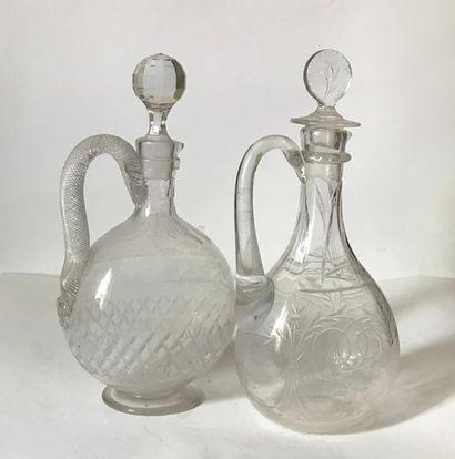 Deux carafes couvertes en cristal taillé...