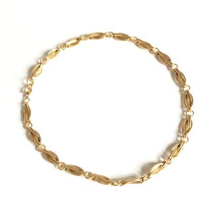 Chaine de montre en or à mailles enroulées....