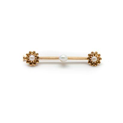 Broche en or jaune ornée d'une perle et de...