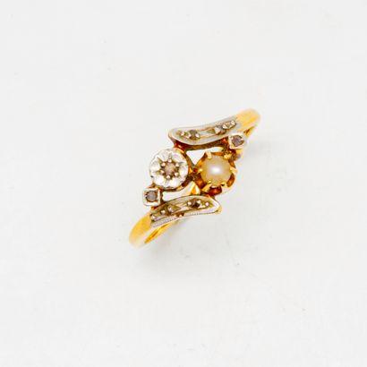 Bague en or et perles  Poids brut : 2,33...