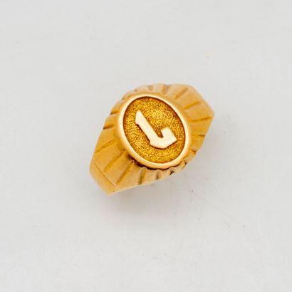 Chevalière en or jaune ornée de la lettre...