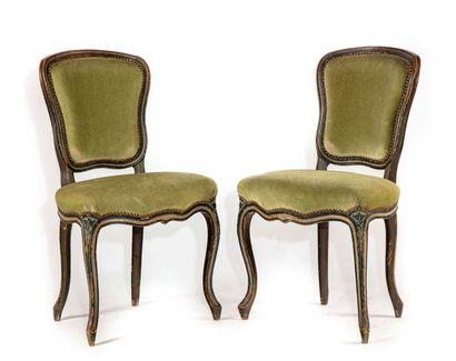 Deux chaises en bois laqué à moulures rechampis,...