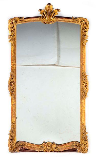 Grand miroir de cheminée en bois doré mouluré...
