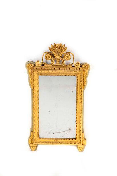 Petit miroir en bois laqué er doré, fronton...