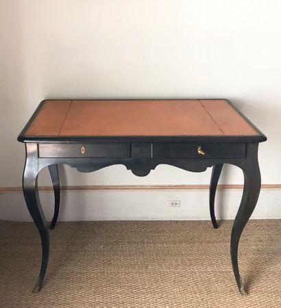 Petit bureau plat en bois noirci ouvrant...