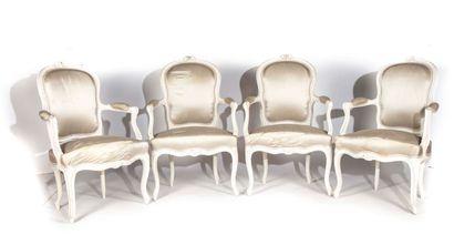 Suite de quatre fauteuils en hêtre repeint...