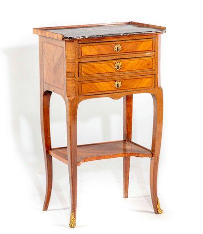 Petite table en satiné et amarante ouvrant...