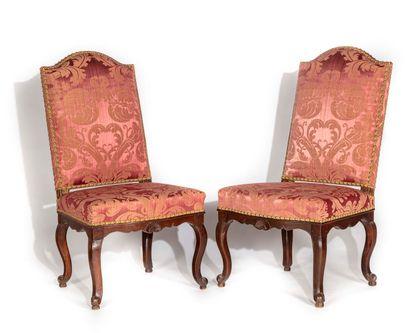 Paire de chaises en noyer teinté à haut dossier...