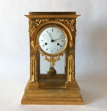 Pendule borne en bronze doré en forme d'arc...