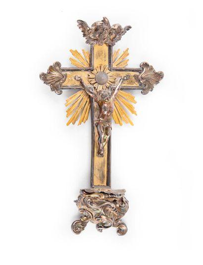 Crucifix formant bénitier en argent et laiton...