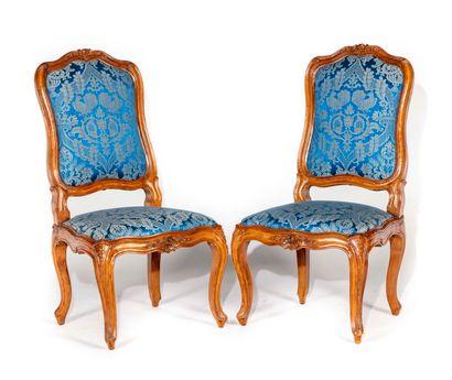 Paire de chaises à châssis en noyer mouluré...
