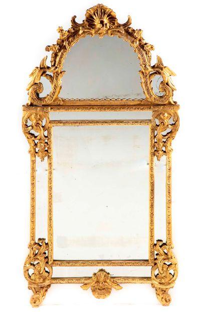 Miroir en bois redoré à décor de feuillages,...