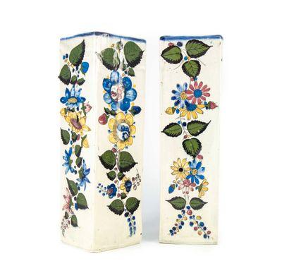 Paire de vases à section carrée en porcelaine...