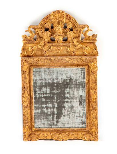 Miroir à encadrement en bois doré mouluré...