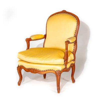 Large fauteuil en bois naturel mouluré et...