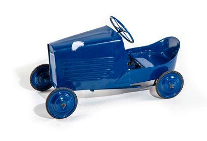 Petite voiture à pédale en tôle repeinte...