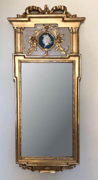 Petit miroir d'entre fenêtre en bois doré...