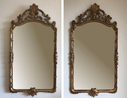 Paire de miroirs en bois doré mouluré et...