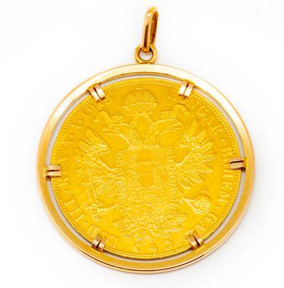 Grande médaille en or montée en pendentif...