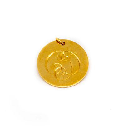 Médaille en or jaune gravée d'un entrelac...