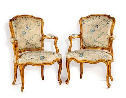 Paire de fauteuils en bois redoré de forme...