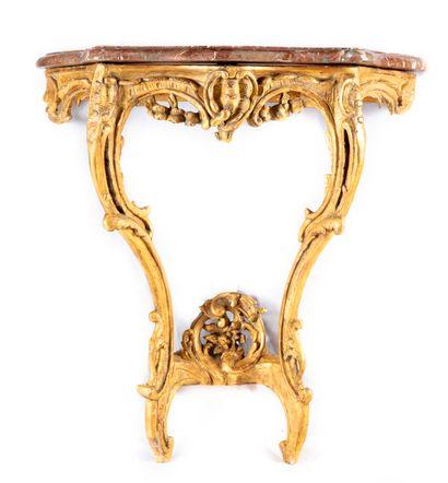 Console en bois doré à décor ajouré de guirlandes...