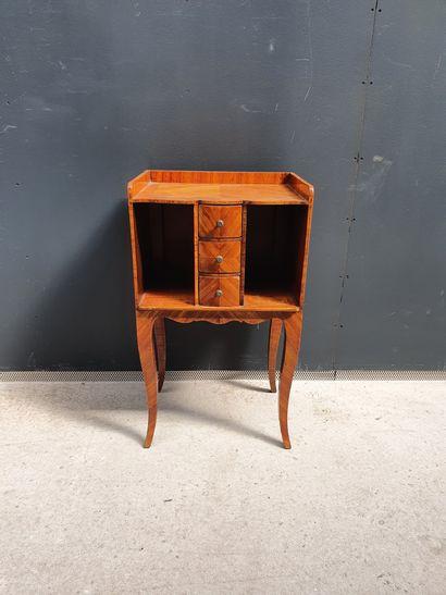 Table de chevet en bois de placage à décor...