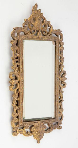Petit miroir en métal doré à décor ajouré...