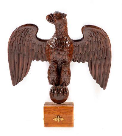 Importante sculpture d'aigle en bois naturel...