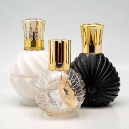 Trois lampes Berger en verre teinté noir,...