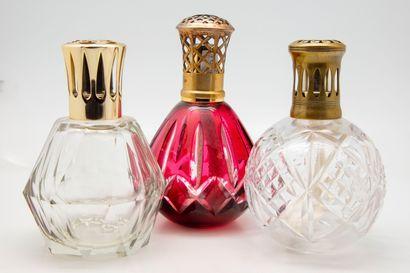 Trois lampes Berger en cristal taillé transparent...
