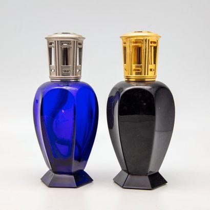 Deux lampes Berger en verre teinté bleu nuit...