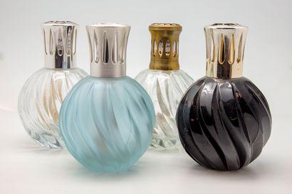 Quatre lampes BERGER en verre torsadé transparent,...