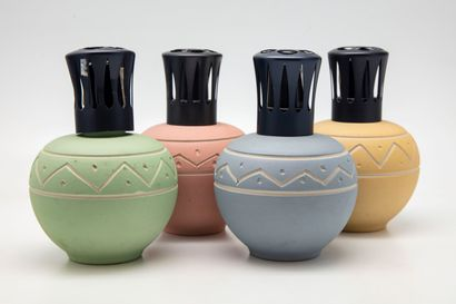 Quatre lampes Berger en céramique à décor...