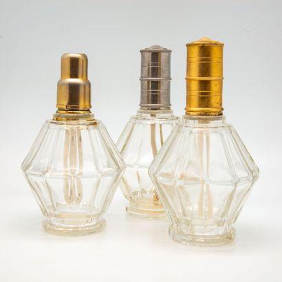 Trois lampes Berger en verre transparent...