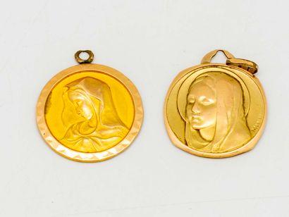 Deux médailles de baptême en métal doré,...