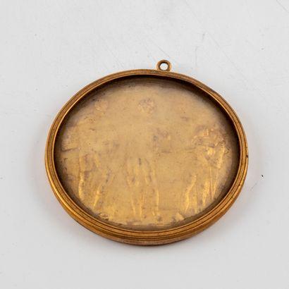Médaillon métal doré à décor d'un bas relief...