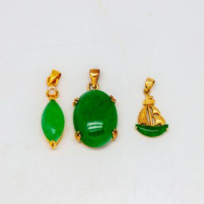 3 pendentifs ornées de pierres vertes